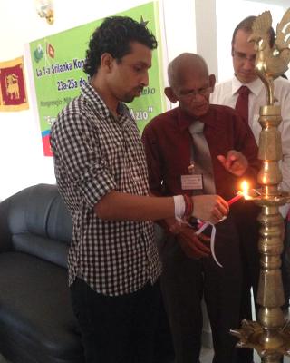 1-a Srilanka Kongreso de Esperanto, 23-25 majo 2014. Malferma ceremonio: S-roj Anju Perera, Urbestro; Zeiter Perera, SLEA-prezidanto; Rafael Zerbetto, Brazilo