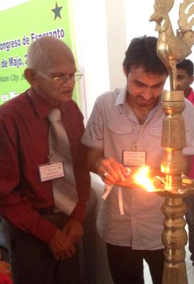 1-a Srilanka Kongreso de Esperanto, 23-25 majo 2014. Malferma ceremonio: S-roj Zeiter Perera, SLEA-prezidanto; Adeel Butt, JEP-prezidanto, Pakistano.